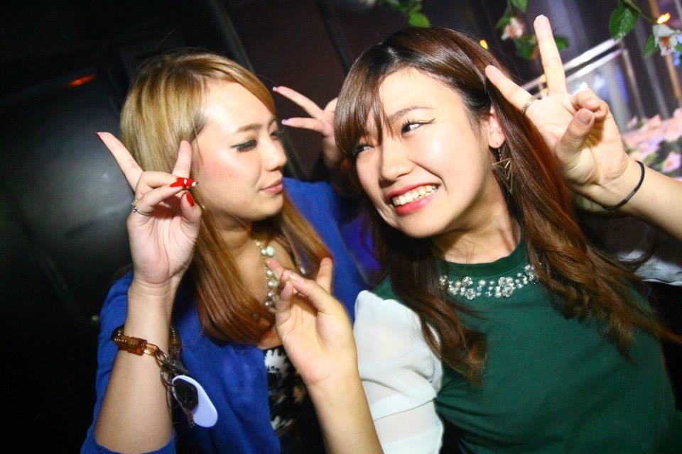 緑と青のトップスを着た女性