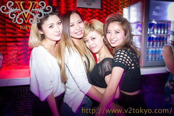 v2のバーカウンター前で並ぶ4名の女性