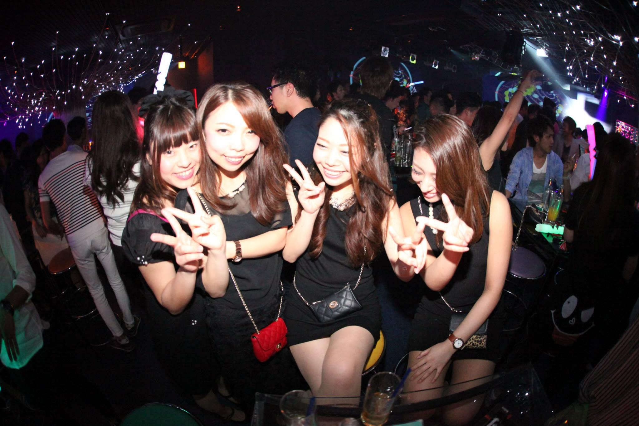 オールブラックの服装に統一した女性グループ