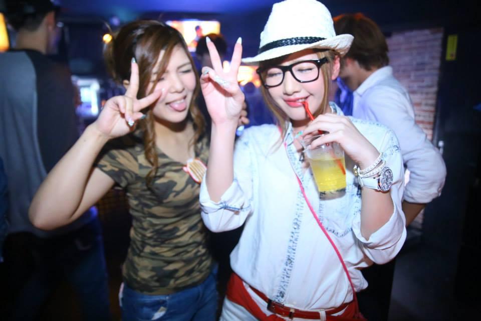 白でまとめた方と迷彩柄の服を着た二人の女性
