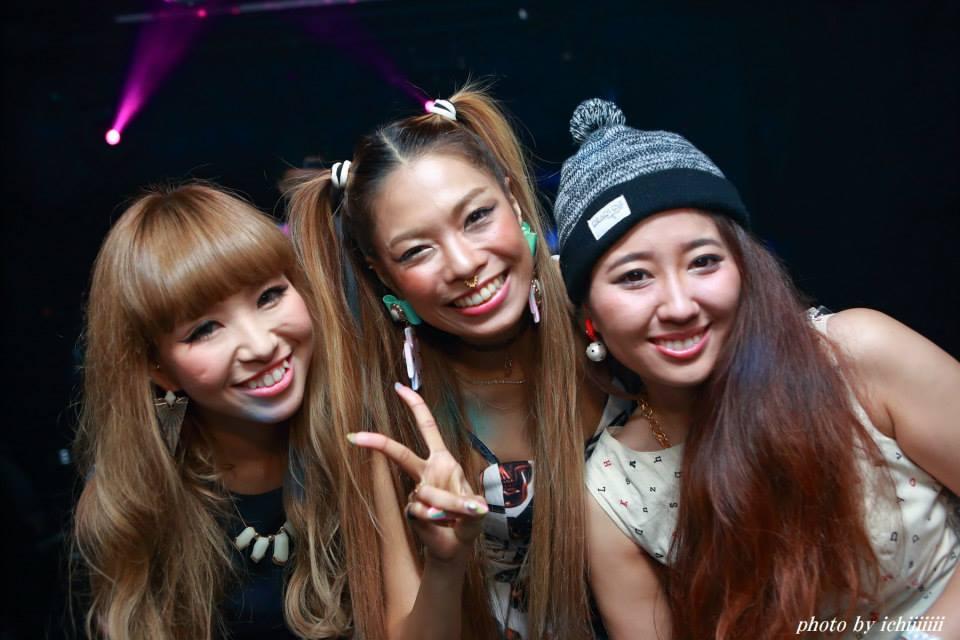 茶髪の女性3名