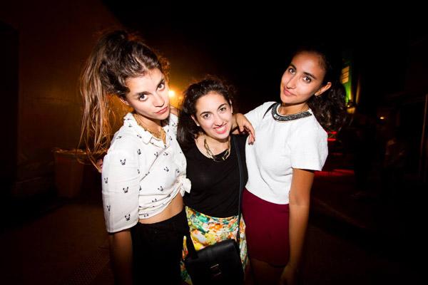 カジュアルなファッションに身を包む3名の外国人女性