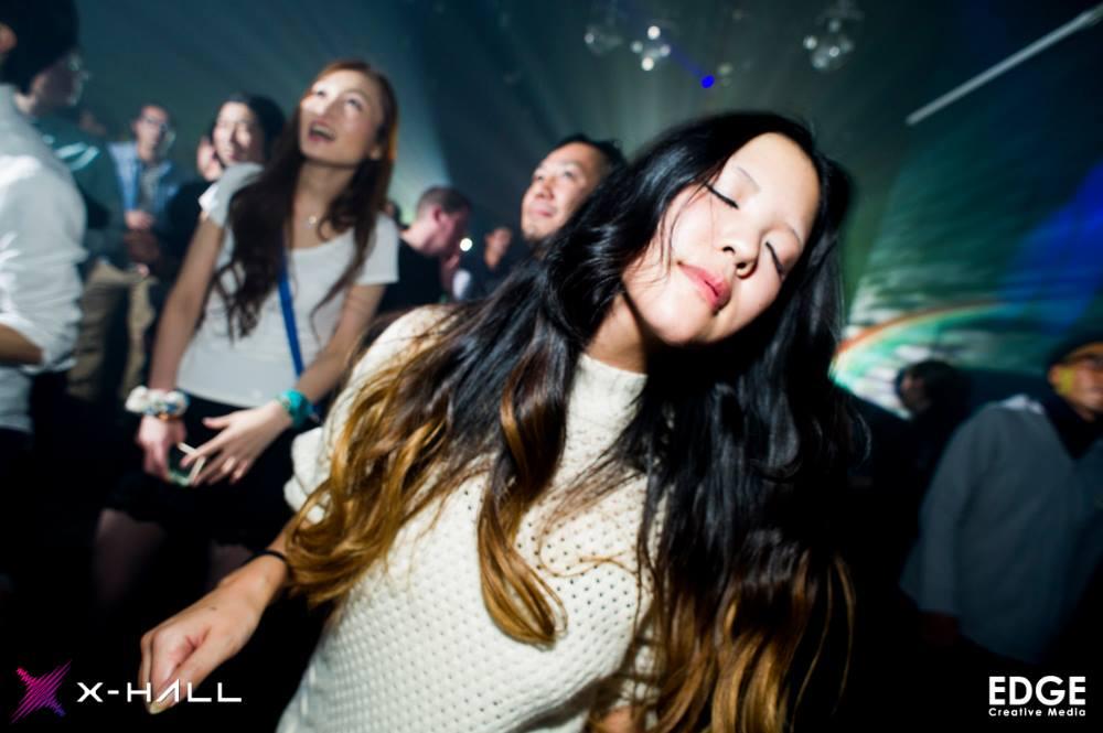 音楽に聞き入り踊る女性