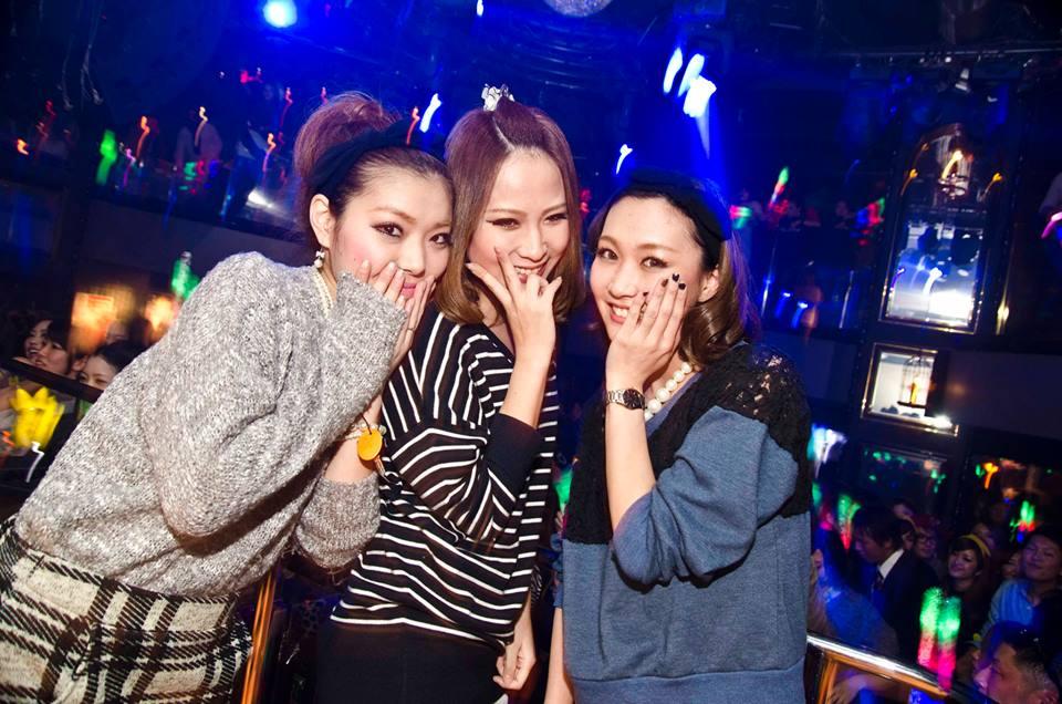 フロアで写真を撮られた女性3名