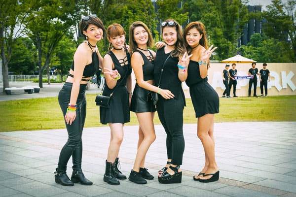 タイトな黒い服を着る女性グループ