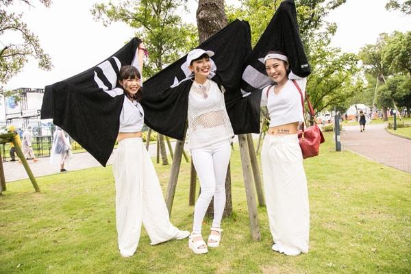 全身白い服で立つ女性3人