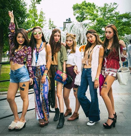 ボヘミアンなファッションで揃えた女性6名