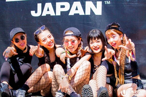 全身黒で統一し、網タイツを履く女性達