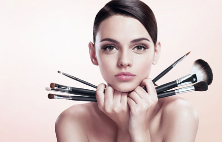 concealer-brush-woman