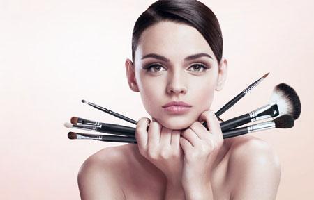 concealer-brush-woman