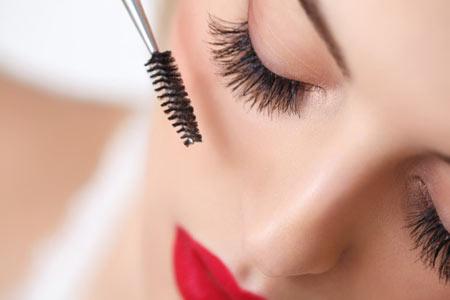mascara-woman-off